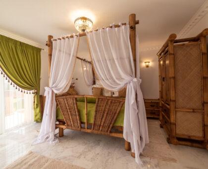 camera cu pat baldachin